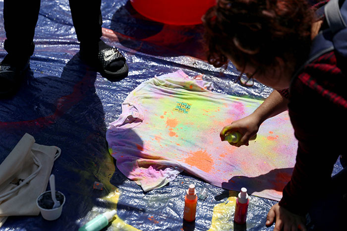 Emory students make tie-die t-shirts for Dooley's Week
