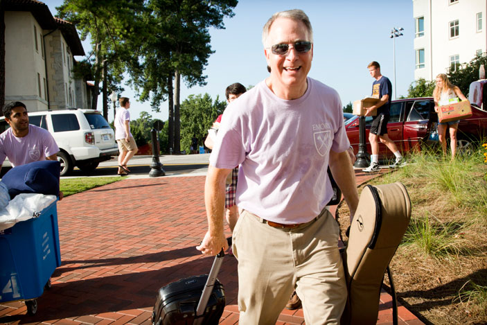 President James Wagner lends a helping hand as undergraduate students move into Emory residence halls.